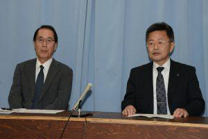 記者会見する(右から)石黒、松本の両氏